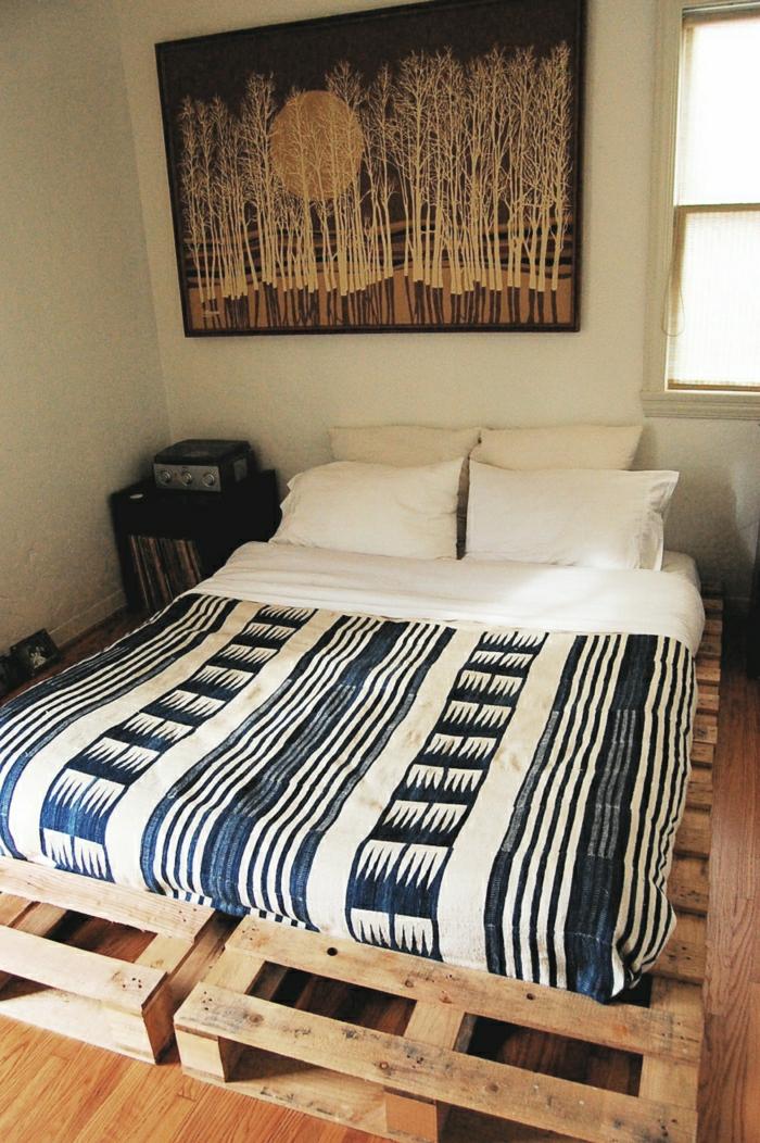möbel-aus-paletten-Bett-Rahmen-Bettwäsche-interessantes-Muster-weiße-Kissen-Bild-Wald