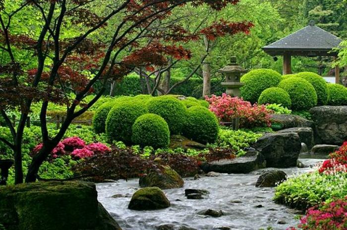 malerischer-Garten-japnisch-zen-asiatisch-Büsche-See