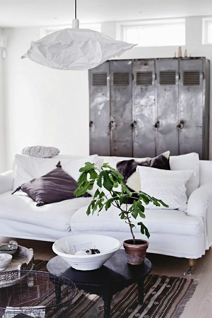 moderne-Wohnung-skandinavisches-Interieur-Metall-Schrank-weißes-Sofa-Kissen-Topfpflanze-vintage-Teppich