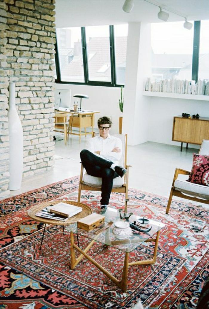 moderne-Wohnung-vintage-Interieur-Mann-persischer-Teppich-Ziegelwände