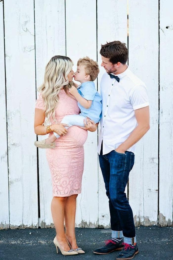 moderne-kleidung-wunderschöne-familie