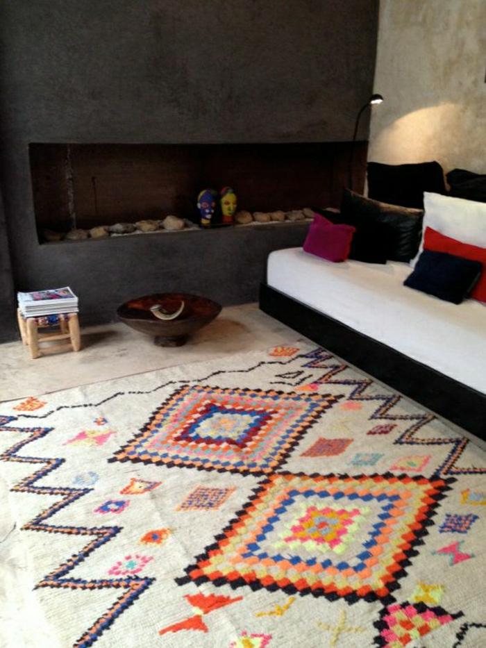 modernes-Interieur-Kamin-Sofa-Kissen-schwarz-weiß-rot-vintage-marokkanischer-Teppich