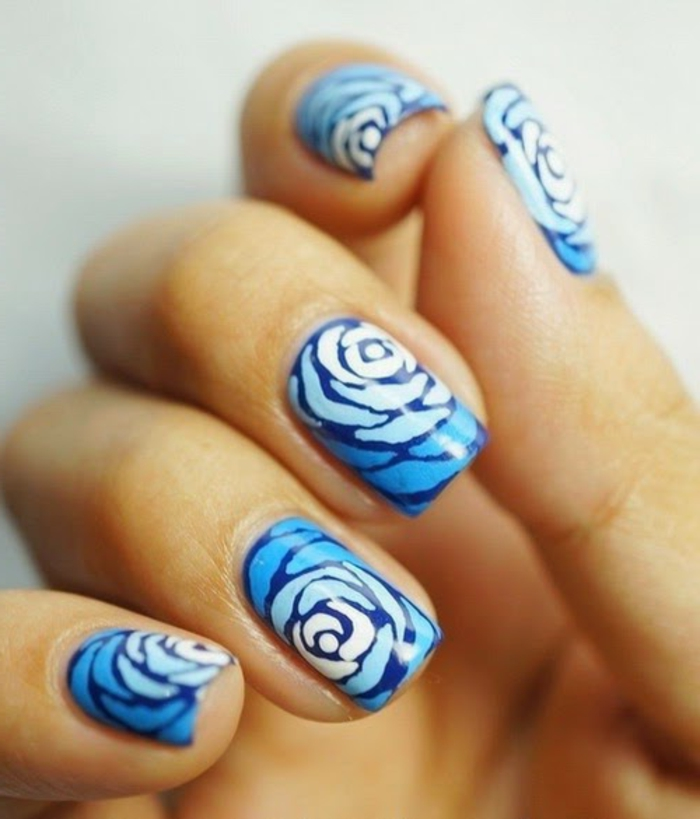 nageldesign-mit-blumen-blaue-super-schöne-farbe