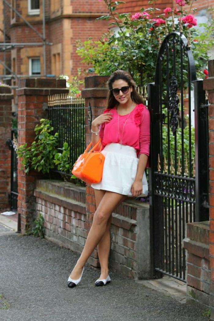 orange-Furla-Candy-Tasche-rosa-Bluse-weißer-kurzer-Rock