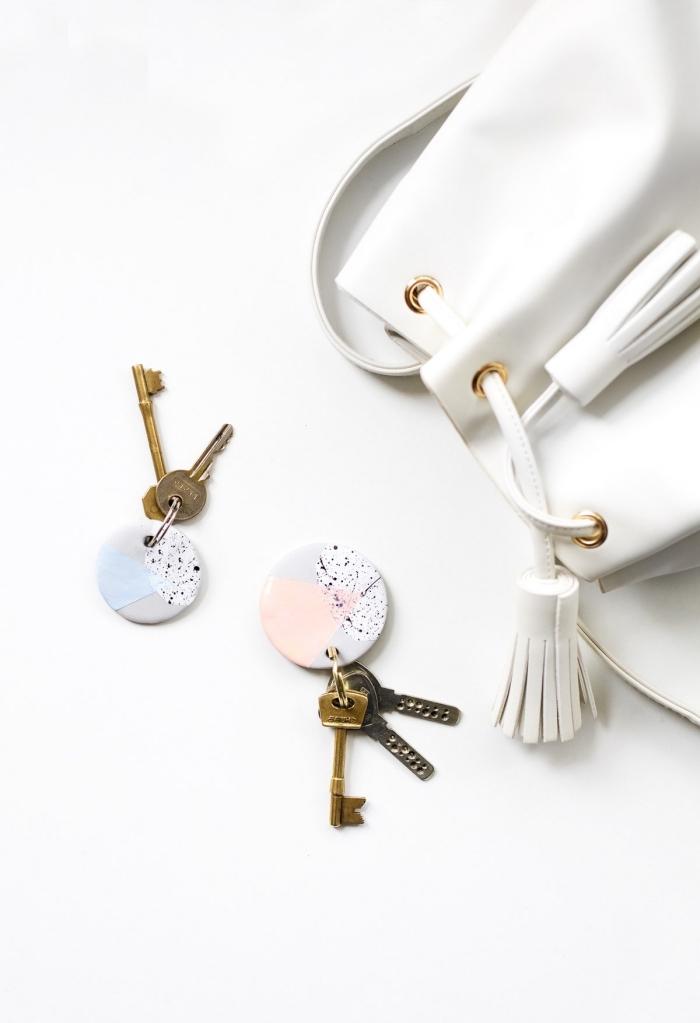 persönliche geschenkideen, runde schlüssenanhänger aus ton, weiße tasche, schlüssel, diy geschenk