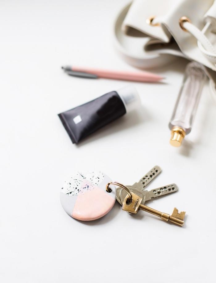 persönliche geschenkideen, schlüsselanhänger selber machen, basteln mit ton, schlüssel, rosa kugelschreiber