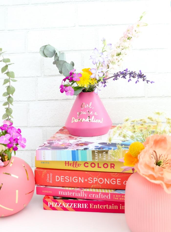 persönliche geschenkideen, selbstgemachte vase mit schriftzug, frische blumen, diy geschenk für die beste freundin