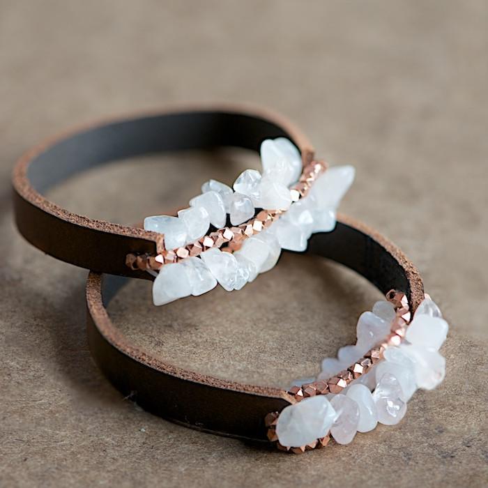 persönliche weihanchtsgeschenk für frau, armbänder basteln mit leder, weiße steine, geschenkideen