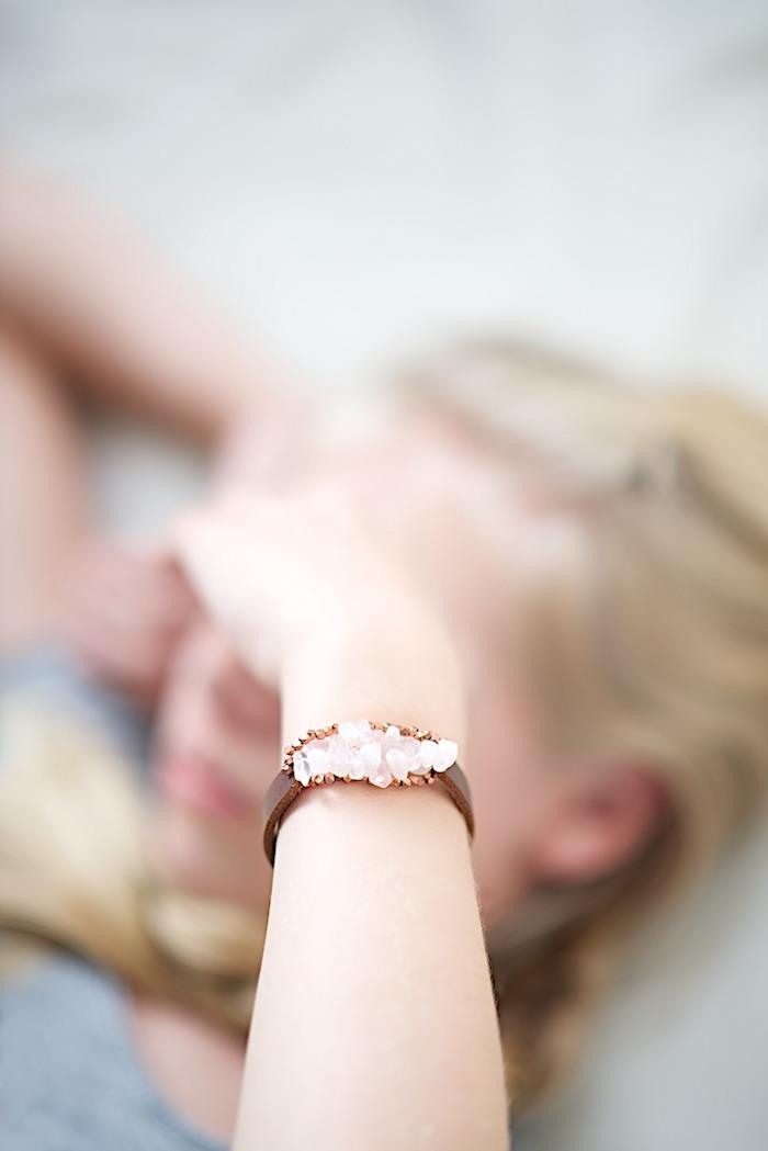 armband selber machen, persönliche weihanchtsgeschenke für frau, braunes leder, weiße steine