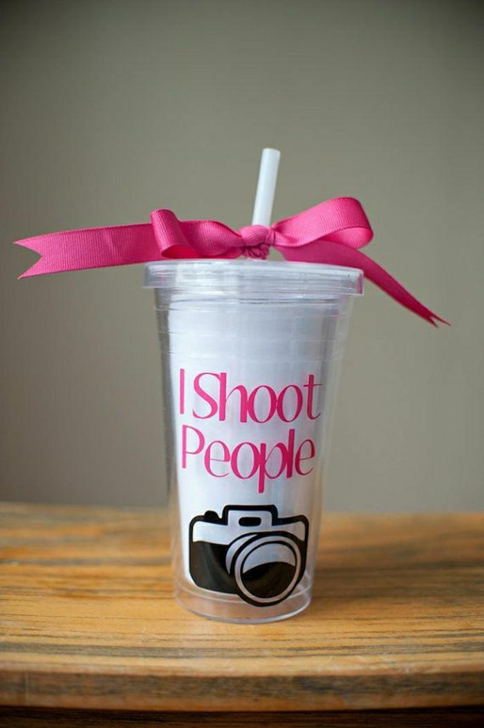 personalisierte-Geschenke-Kaffee-Becher-rosa-Band-Stroh-lustig