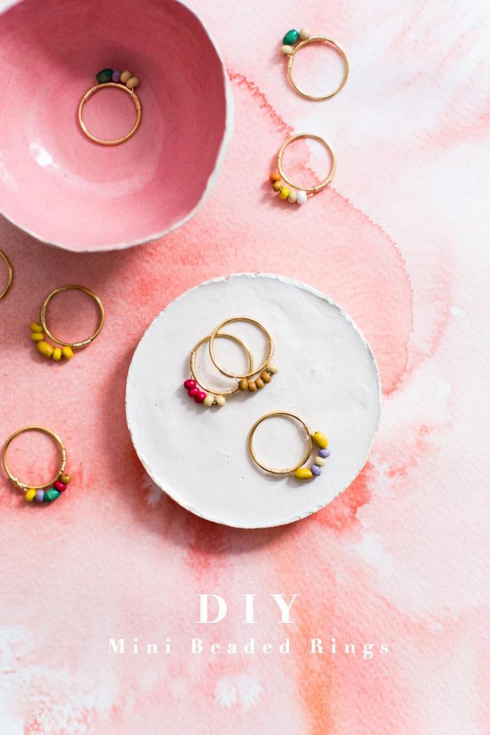 ringe mit bunten steinen, personalisierte geschenke freundin, schmuck selber machen, ringschale aus ton