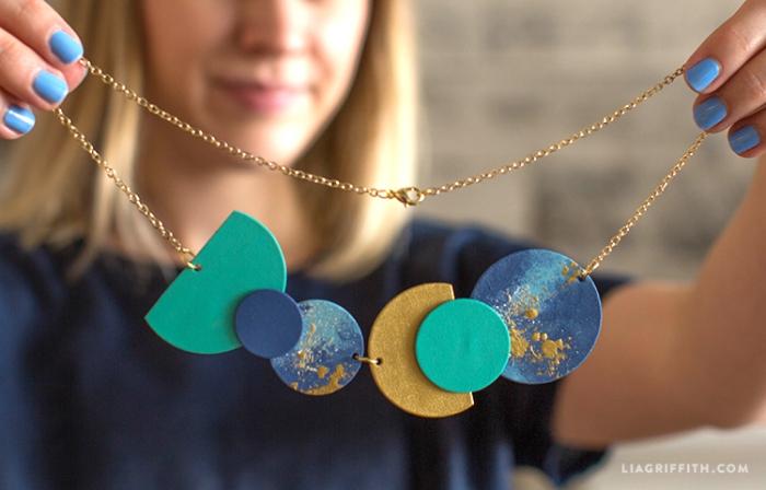 halskette selber machen, kette mit bunten kreisen, geometrische elemente, personalisiete geschenke freundin