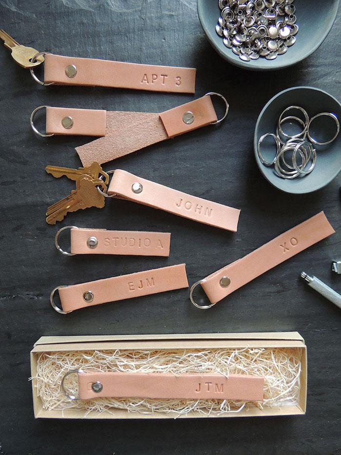 personalisierte geschenke fuer maener, leder stanzen, schlüsselanhänger machen, geschenke mit gravur