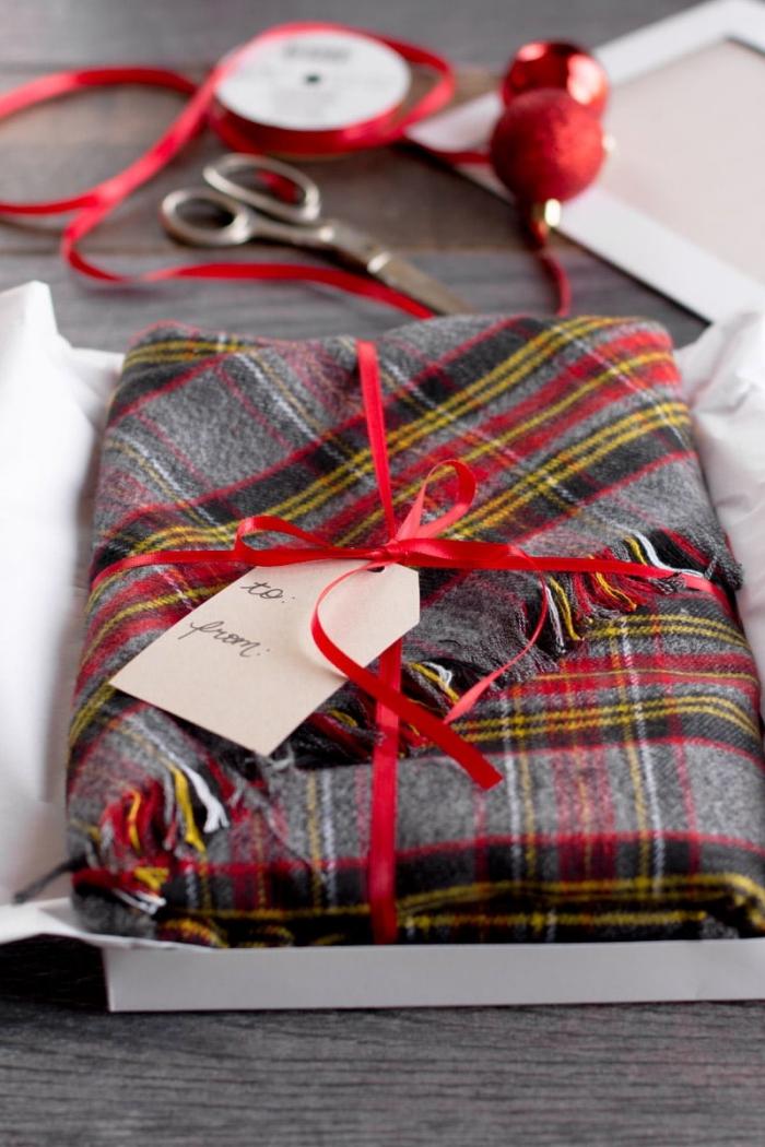 diy geschenk, rote schleife, personalisierte geschenke weihanchten, schal selber machen, weihanchtsgeschenk