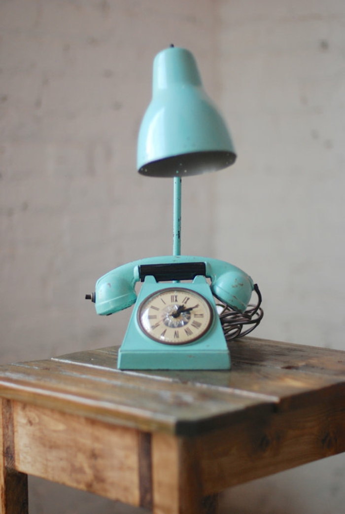 retro-lampen-blaues-modell-hinter-einem-telefon