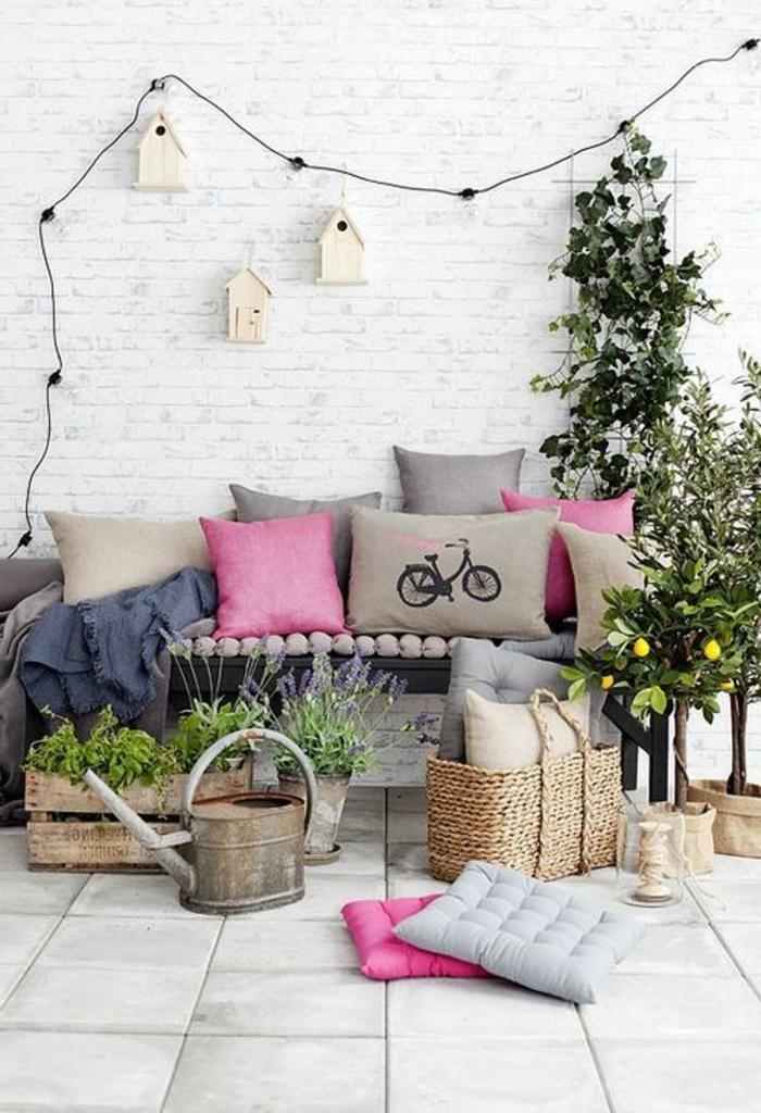 retro-lampen-sehr-schönes-sofa-mit-dekokissen