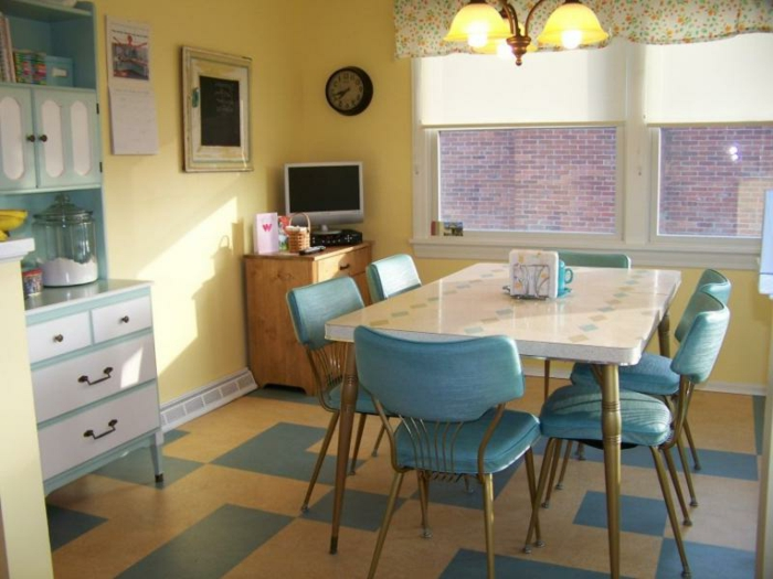 wohnzimmer blau gelb:Rustikale Wohnzimmer Gestaltung mit Retro Möbel