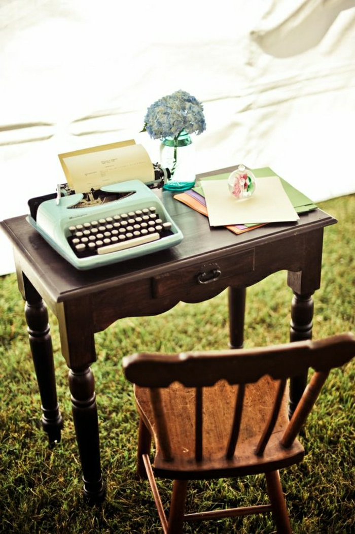 romantische-Atmosphäre-Wiese-Gras-Schreibtisch-Stuhl-Schribmaschine-Blätter