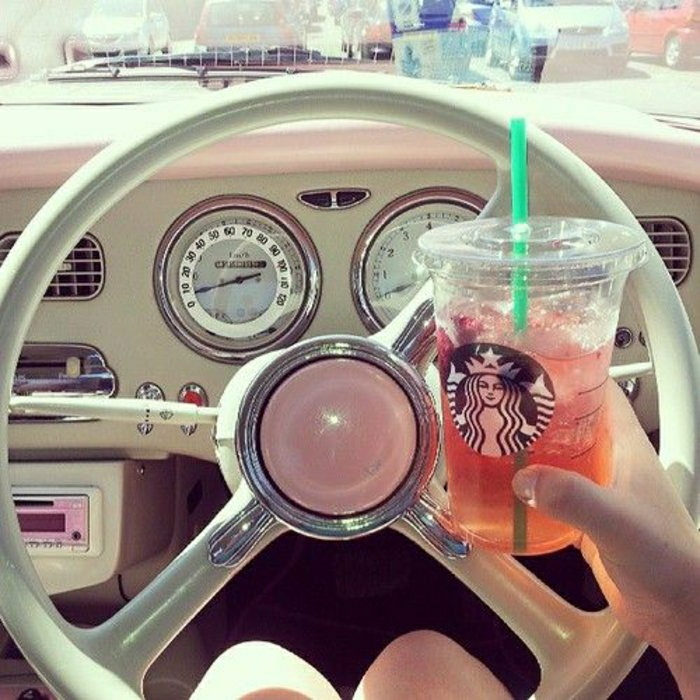 rosa-Getränk-Starbucks-Becher-Kunststoff-Stroh-Auto