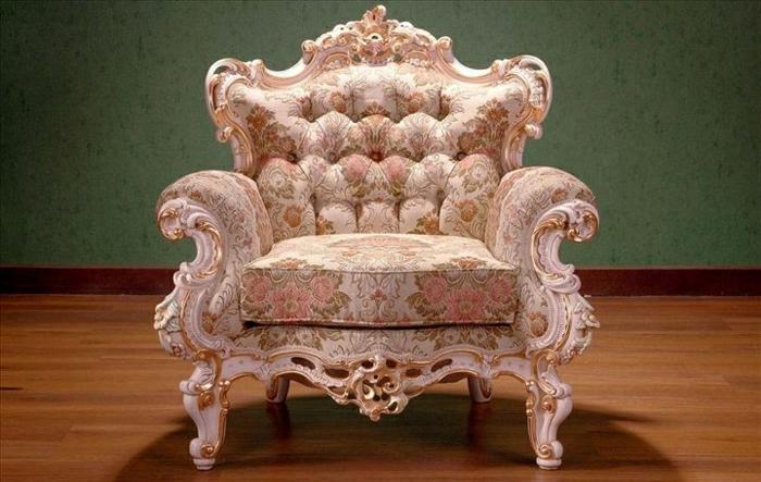 rosa-Sessel-Barock-Blumen-Dekoration-goldener-Rahmen-grüne-Wand