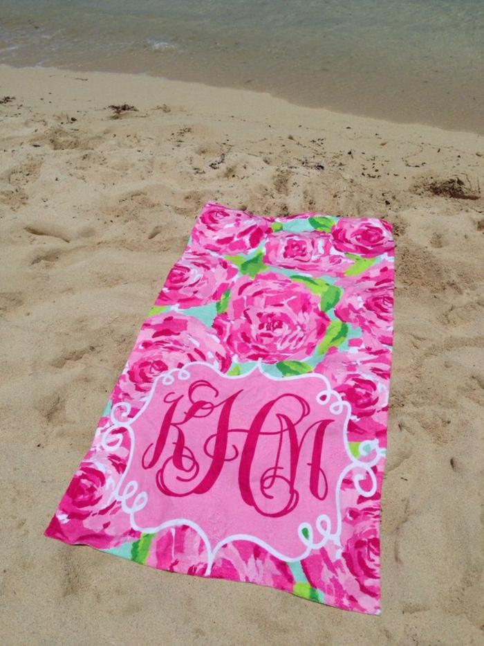 rosa-Tuch-Monogramm-Strand-Sand-Meer