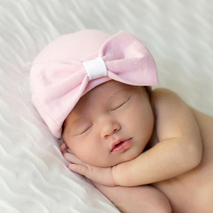 kleines baby mit einem rosigen hut baby kleidung. Black Bedroom Furniture Sets. Home Design Ideas