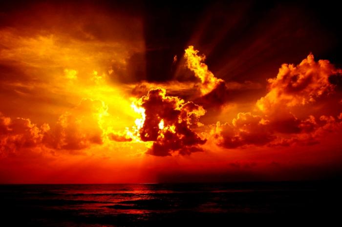 rote-sonne-weiße-wolken-einmalige-atmosphäre