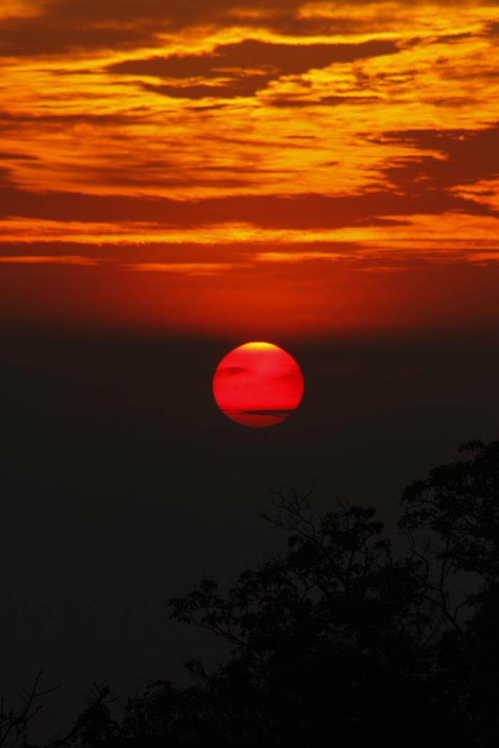 rote-sonne-wolken-und-schöne-natur