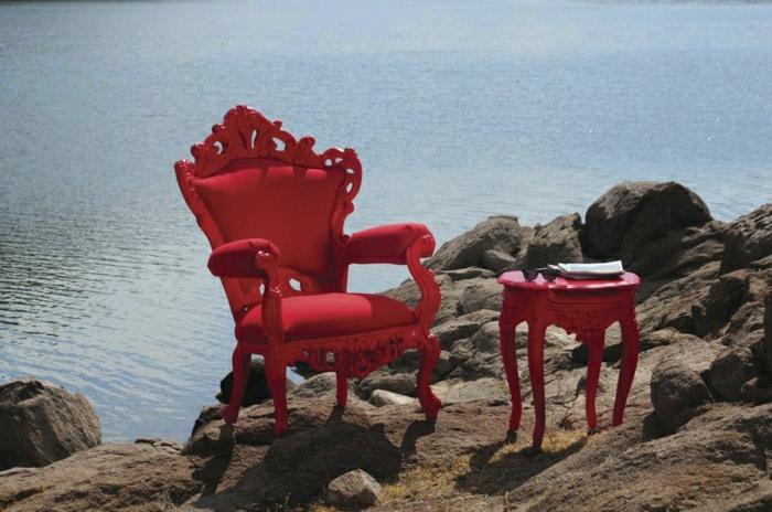 roter-Sessel-Barock-Stil-Hocker-Meer-Steine-schöne-Ansicht