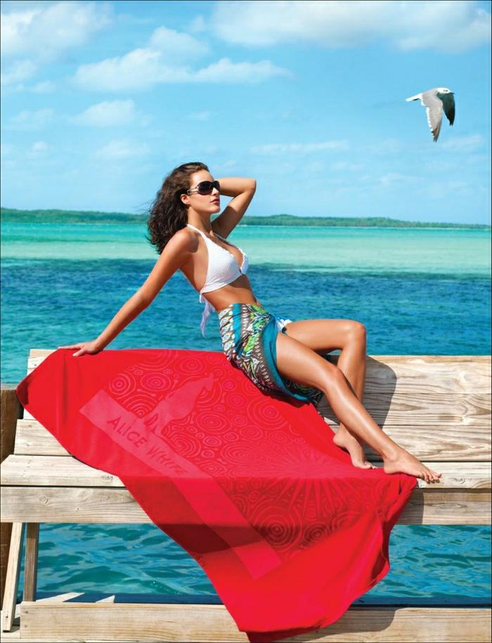 rotes-Designer-Tuch-Strand-Meer-Sommer-Foto-Modell