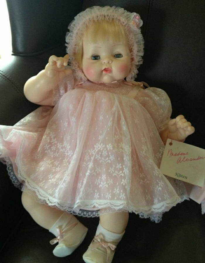süßes-Baby-Puppe-Bonnet-rosa-Kleid-Tüll-1962-hergestellt
