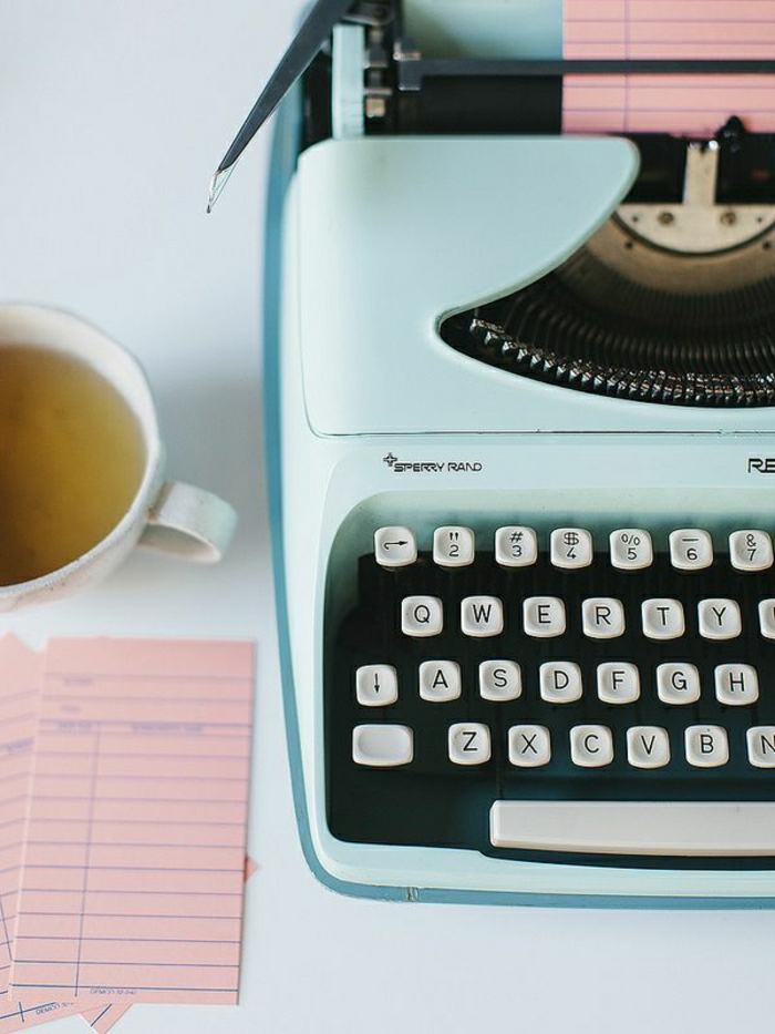 schöne-elektrische-Schreibmaschine-Minze-Farbe-Blätter-Teetasse