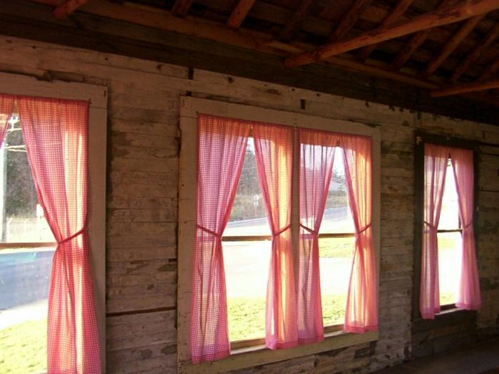 schöne-karierte-Vorhänge-Landhausstil-kleine-Fenster-hölzernes-Haus