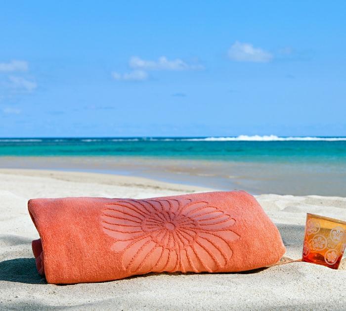 schönes-orange-Tuch-Blume-Dekoration-Strand-exotisch