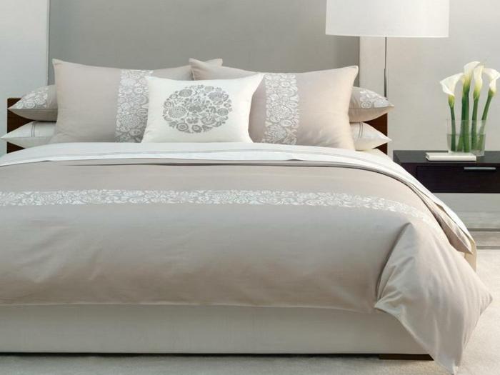schlafzimmer-in-grau-drei-kissen-auf-dem-bett