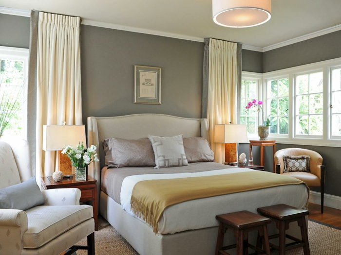 schlafzimmer-in-grau-drei-super-kissen-auf-dem-bett