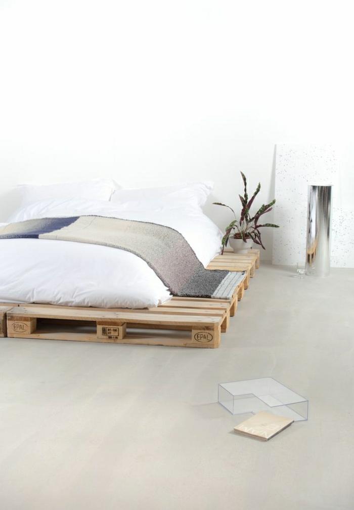 schlichtes-Interieur-Schlafzimmer-europaletten-bett-selber-bauen-Schlafdecke-Topfpflanze