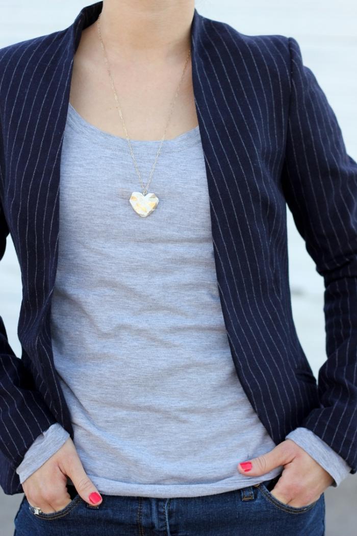 schöne geschenke für freundin, selsbtgemachte halskette mit anhänger in der form von herzen
