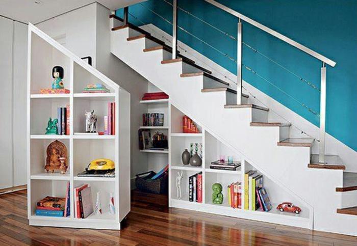 schrank-unter-treppe-blaue-wand-schöne-gestaltung