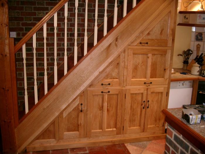 schrank-unter-treppe-gemütliches-ambinete