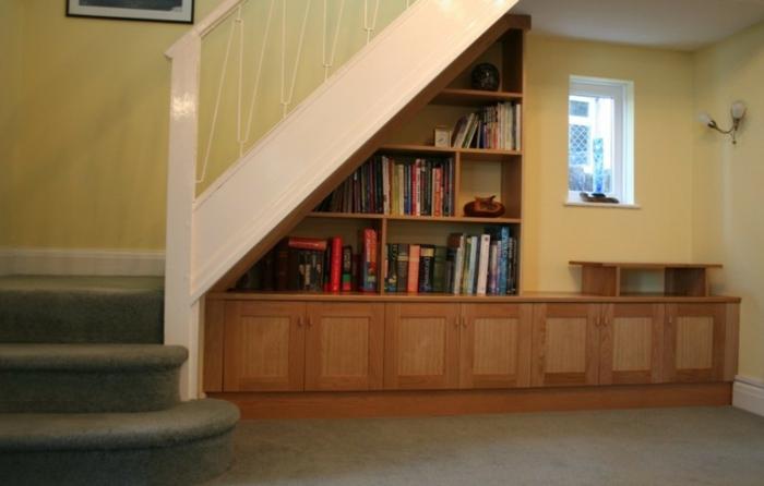 schrank-unter-treppe-hölzerne-struktur