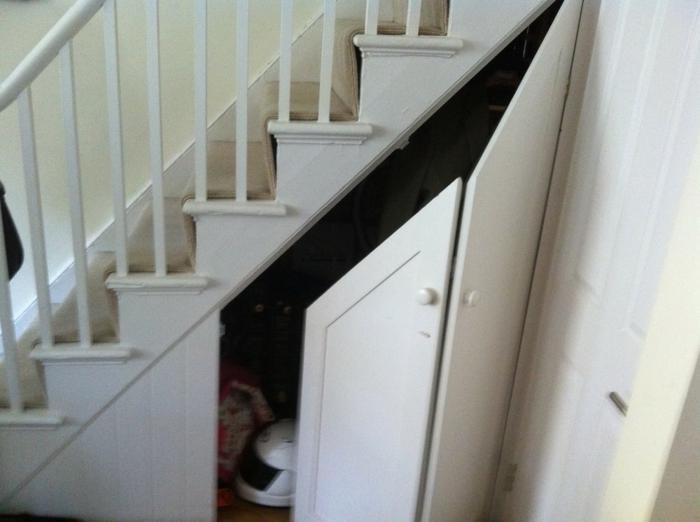 schrank-unter-treppe-interessante-weiße-gestaltung