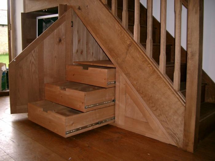 schrank-unter-treppe-interessantes-aussehen-hölzerne-gestaltung
