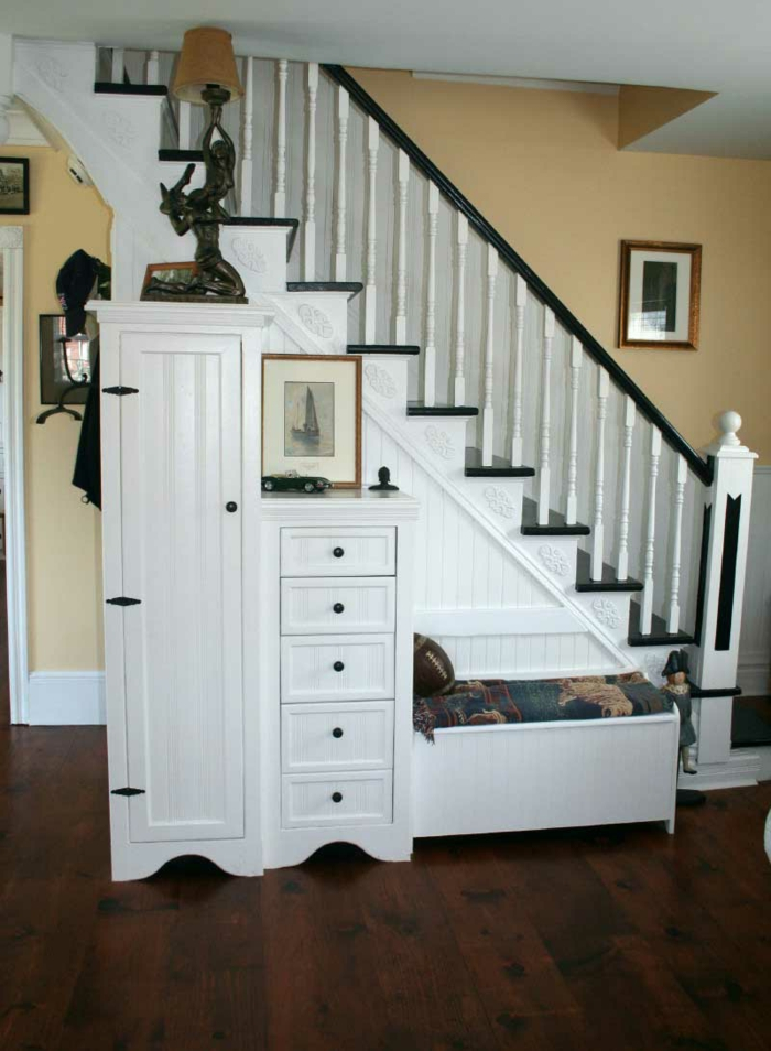 schrank-unter-treppe-super-aussehen-weiße-gestaltung