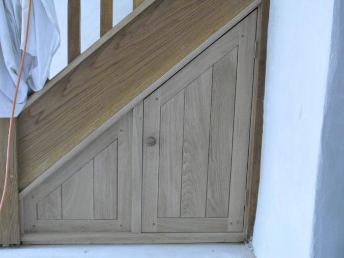 schrank-unter-treppe-super-design-aus-holz