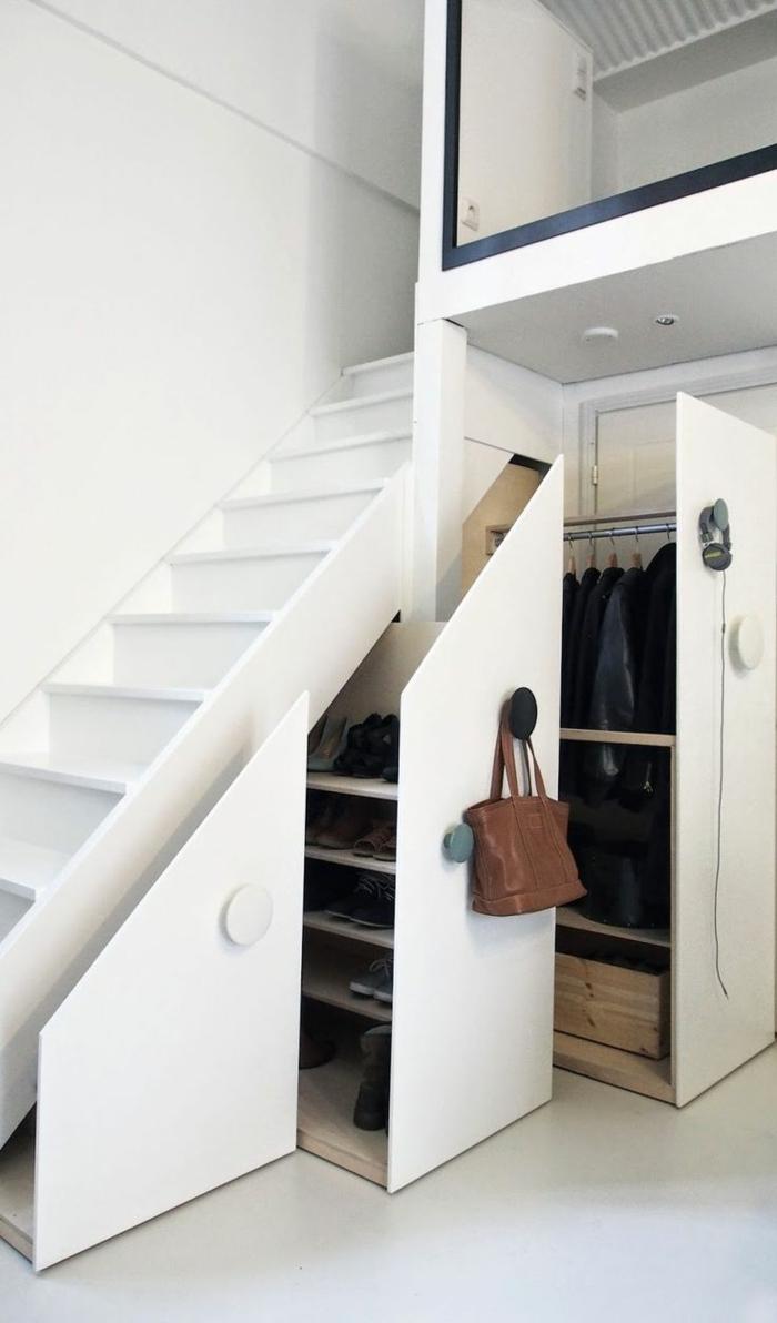 schrank-unter-treppe-weiß-und-minimalistisch