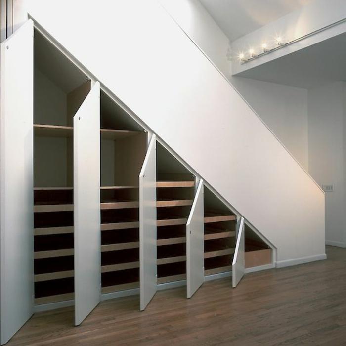 schrank-unter-treppe-weiße-gestaltung