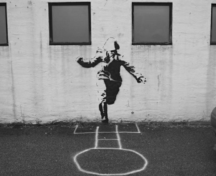 schwarz-weiße-Graffiti-Soldat-Kreide-Zeichnung-street-art