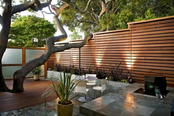 sichtschutz-aus-holz-sehr-kreativ-gestalteter-außenraum