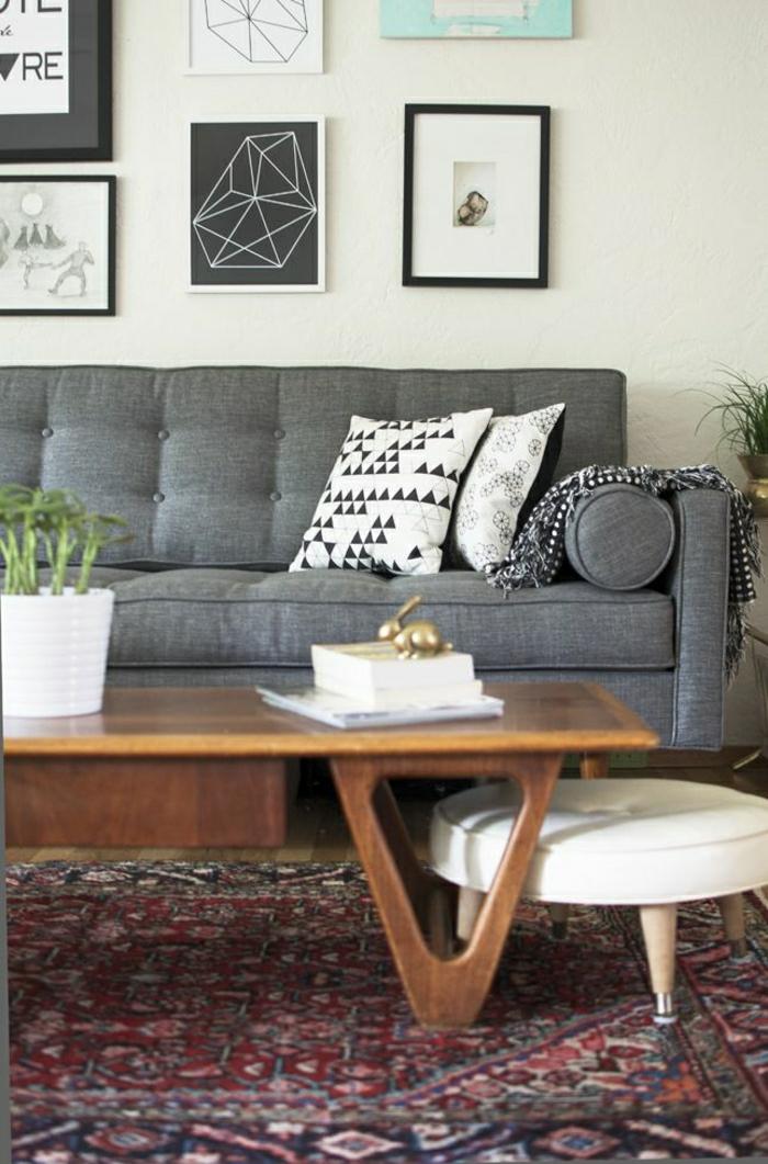 simples-Interieur-graues-Sofa-Topfpflanze-vintage-persischer-Teppich-hölzerner-Tisch